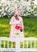 Fleurs de printemps d'arrosage de belle fille — Photo