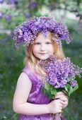 Bella ragazza con fiori lilla — Foto Stock