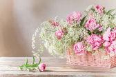Rosa pion i korg — Stockfoto