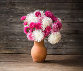 Bloemen op houten achtergrond — Stockfoto