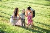 Två mammor med barn i sommaren park — Stockfoto