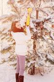 Schöne Mädchen in Winter park — Stockfoto