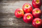 Manzanas maduras en mesa de madera — Foto de Stock