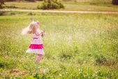 Mutlu kız açık — Stok fotoğraf