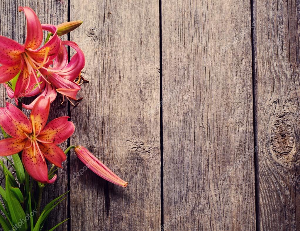 Цветы на деревянном фоне