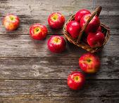 Jabłka na drewnianym stole — Zdjęcie stockowe