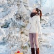 Girl with gift in winter park — Foto Stock