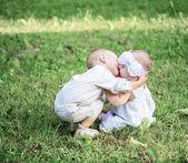 Dos niños al aire libre — Foto de Stock