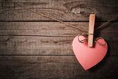 Kağıt ahşap zemin üzerinde pembe kalp — Stok fotoğraf