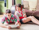 Jugendliche, die mit elektronischen tablet und handy — Stockfoto