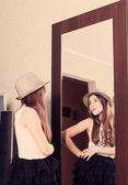 Piękne śmieszne dziewczyna patrząc w lustro — Zdjęcie stockowe
