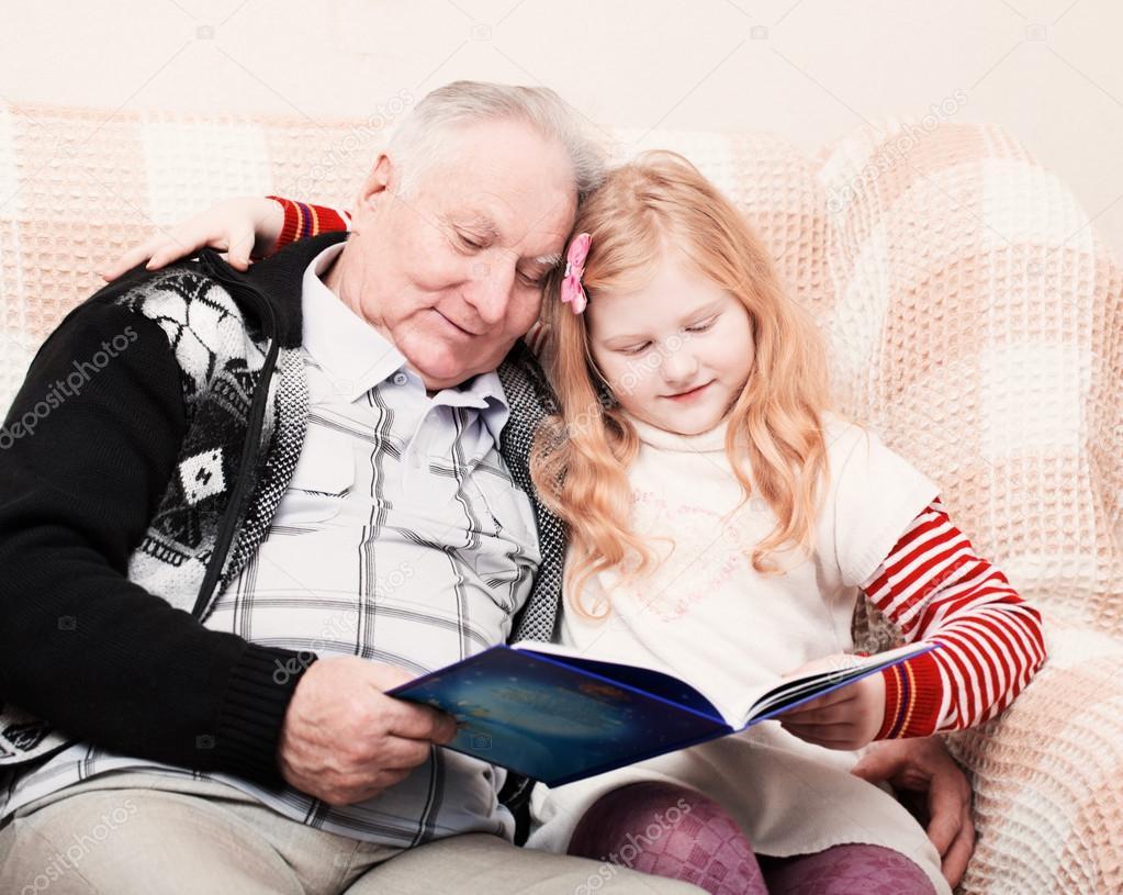Дед с внучкой на диване фото 85-9