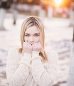 Beautiful girl freezing in the park — Stock Photo