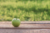 Mela verde sul tavolo all'aperto — Foto Stock