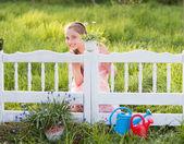 Hermosa chica en jardín — Foto de Stock