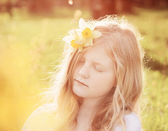 Beautiful girl in spring park — Stock Photo