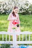 女孩浇水的春天的花朵 — 图库照片