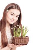 Hermosa chica con flores — Foto de Stock