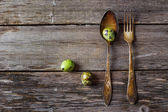 Vintage silverware fork and spoon with easter quail  eggs on old — Foto Stock