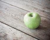 Pomme verte sur fond en bois — Photo
