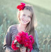Portrait d'une belle fille avec une rose rouge — Photo