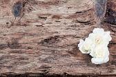 木製の背景にバラ — ストック写真