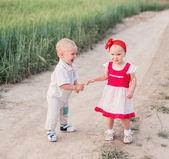 Dvě malé děti, venkovní — Stock fotografie