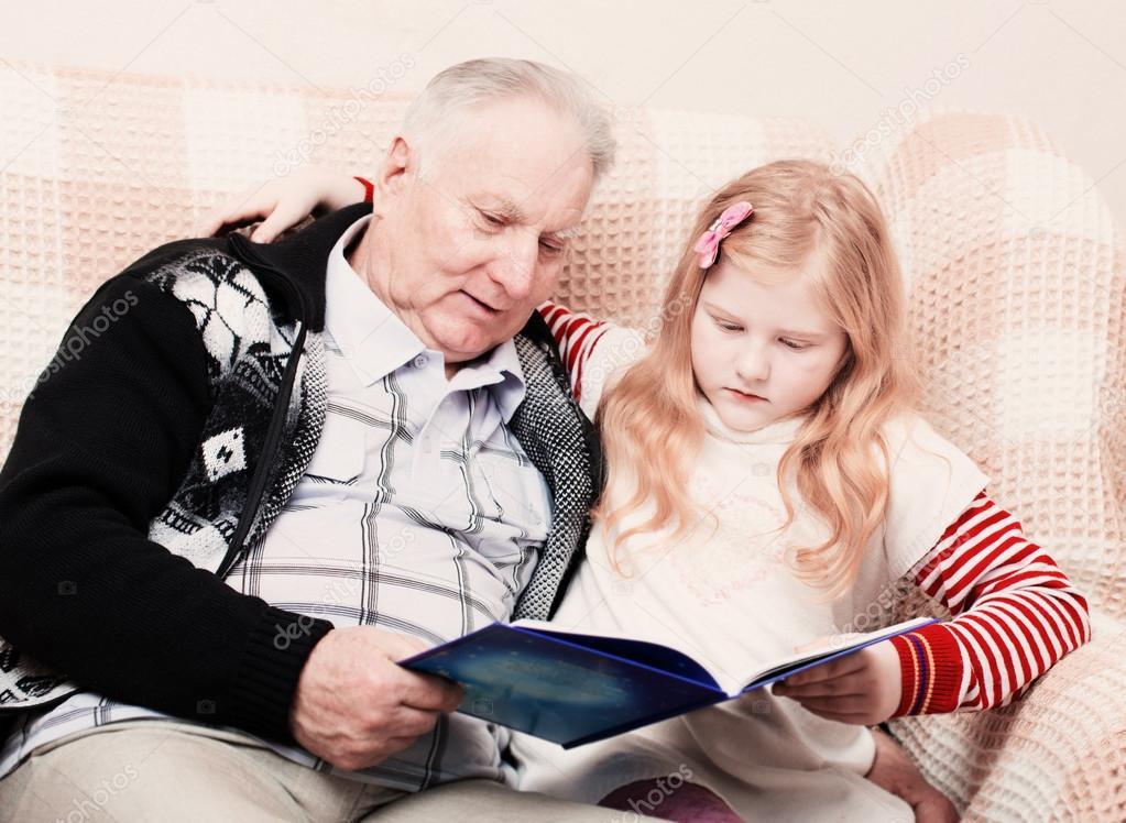 дед с внучкой на диване