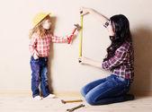 Mère avec la petite fille joue dans le générateur de rapports — Photo