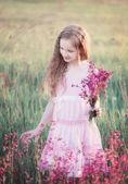 Mädchen mit rosa Blüten — Stockfoto