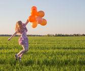 Menina com balões ao ar livre — Fotografia Stock