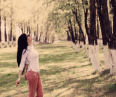 Yaz parkta güzel bir genç kadın — Stok fotoğraf
