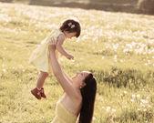 Mère et fille dans la prairie — Photo