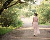 Mooi meisje in zomer park — Stockfoto
