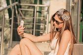 Garota tirando fotos com uma teletphone — Fotografia Stock