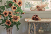 Old white interior with sunflower — 图库照片
