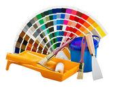 Plast kan med färg, rulle, borstar — Stockfoto