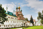 Gate Church and the wall of the Novodevichy Convent. Moscow. — Stock Photo