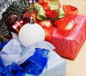 Cadeaux et décorations pour le sapin de noël — Photo