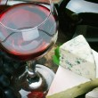Glass of red wine and grapes are ripe — 图库照片