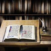 старый открытым книга и перо перо писать — Стоковое фото