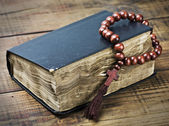 Wooden rosary and the Bible — Stockfoto