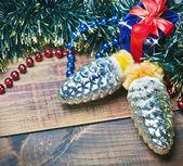 Weihnachtsdekoration in gold und rot auf grünem hintergrund mit tr — Stockfoto