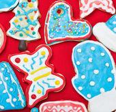 Galletas de jengibre de navidad en la mesa cubierta de — Foto de Stock