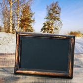 Pizarra vacía con marco de madera en el fondo de invierno f — Foto de Stock