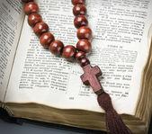 Dřevěný růženec a bible — Stock fotografie