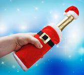 手拿着香槟瓶中的圣诞装饰圣诞老人 — 图库照片