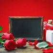 Красные розы и карта с местом для поздравительного текста — Стоковое фото
