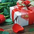 Red roses and gift for Valentine — Foto de stock #17686175