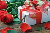 Czerwone róże i prezent na walentynki — Zdjęcie stockowe